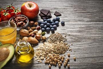 орехи, масло, яблоко, помидоры, авокадо